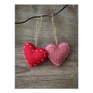 Corações vermelhos na mesa de madeira 2 poster
