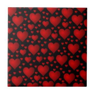 Corações vermelhos no fundo preto azulejos de cerâmica
