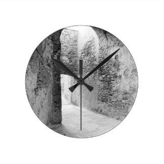 Corredores escuros de uma estrutura velha do relógio redondo