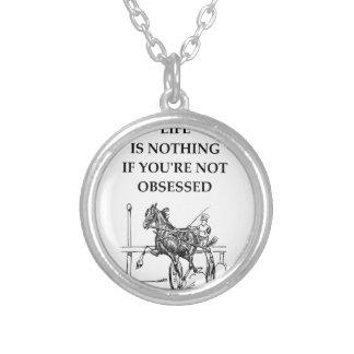 corrida de cavalos colar banhado a prata