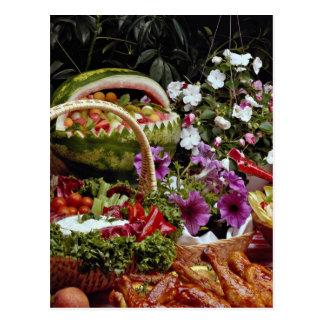 Corte a cesta de fruta da melancia com flores cartão postal