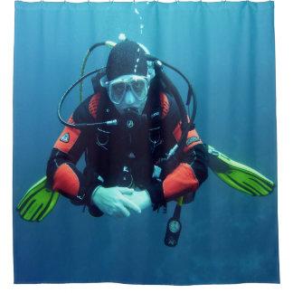 Cortina Para Chuveiro Mergulhador do mar com o azul Backgroud do tanque