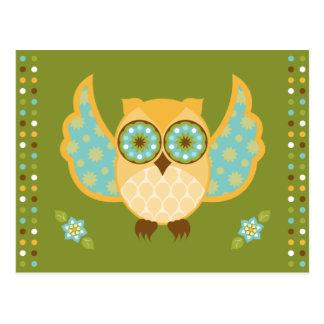 Coruja alaranjada e azul no cartão verde