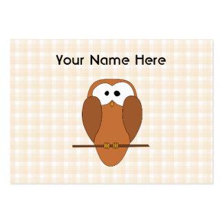 Coruja bonito de Brown, fundo bege da verificação Cartoes De Visita