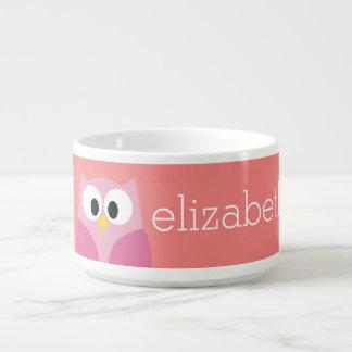 Coruja bonito dos desenhos animados no rosa e no tigela de sopa