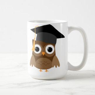Coruja de Brown com a caneca da graduação do boné