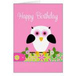 Coruja do feliz aniversario em um cartão da corda