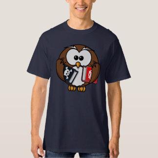 Coruja dos desenhos animados que guardara o camisetas