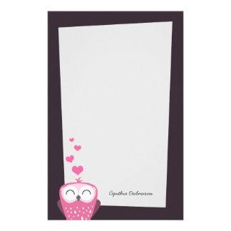 Coruja e papel de nota cor-de-rosa dos corações do papeis personalizados