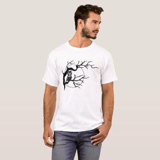 Coruja em uma camisa do T dos homens da árvore