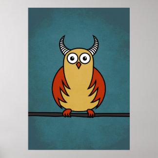 Coruja engraçada dos desenhos animados com chifres poster