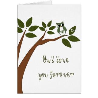 Coruja verde do amor na árvore cartão comemorativo