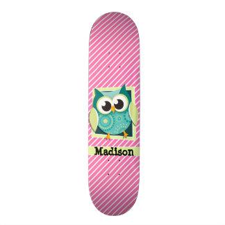 Coruja verde em listras cor-de-rosa & brancas shape de skate 21,6cm