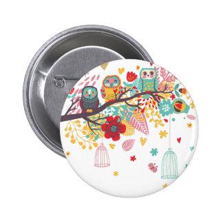 Corujas bonitos e fundo floral colorido da imagem botons