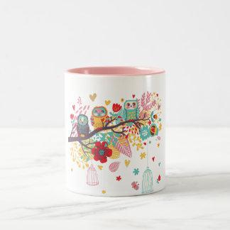 Corujas bonitos e fundo floral colorido da imagem canecas