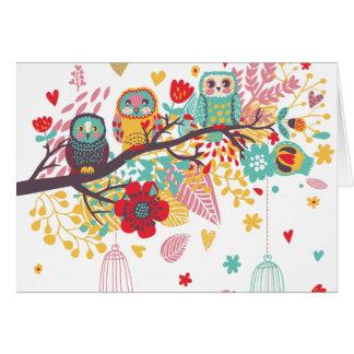 Corujas bonitos e fundo floral colorido da imagem cartoes