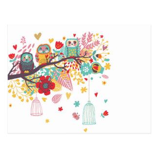 Corujas bonitos e fundo floral colorido da imagem cartão postal