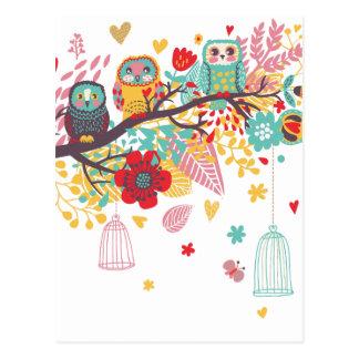 Corujas bonitos e fundo floral colorido da imagem cartões postais