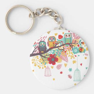Corujas bonitos e fundo floral colorido da imagem chaveiros