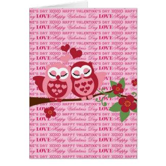 Corujas bonitos em presentes do feliz dia dos cartão comemorativo