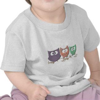 Corujas coloridas em uma imagem da videira t-shirt