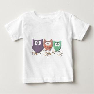 Corujas coloridas em uma imagem da videira t-shirts