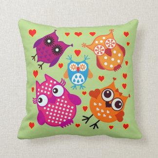 Corujas dos desenhos animados do vetor com travesseiro de decoração