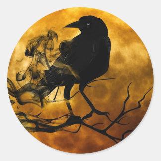 Corvo escuro mágico na etiqueta do Dia das Bruxas