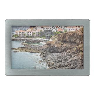 Costa portuguesa com a vila de montanhas da praia