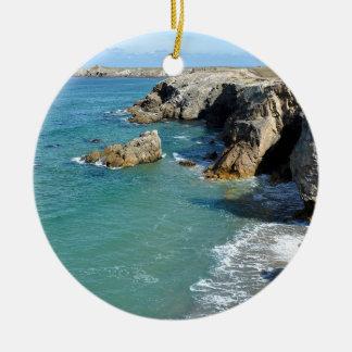 Costa rochosa na península de Quiberon em France Ornamento De Cerâmica