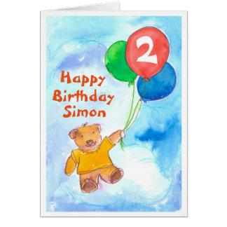 Costume feliz do segundo aniversário do urso de cartão