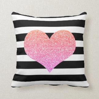 Coxim preto & branco do coração cor-de-rosa das almofada