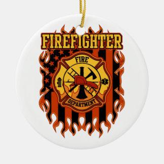 Crachá e bandeira do departamento dos bombeiros do ornamento de cerâmica