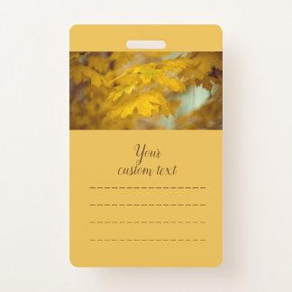 Crachá Folhas de bordo amarelas do outono. Adicione o