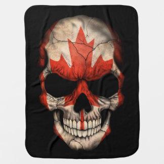 Crânio canadense da bandeira no preto manta para bebe