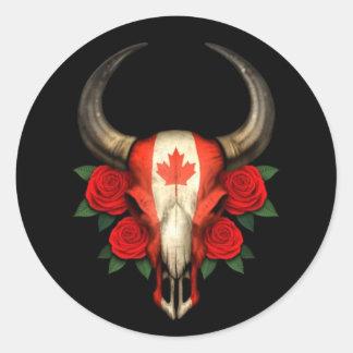 Crânio canadense de Bull da bandeira com rosas Adesivo