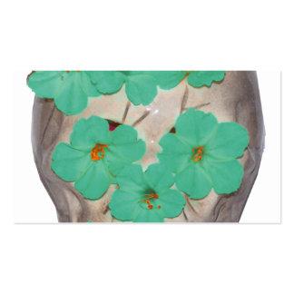 Crânio com as flores esverdeados macias cartao de visita