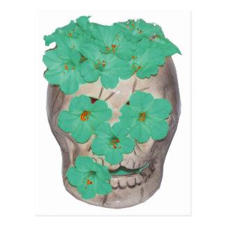 Crânio com as flores esverdeados macias cartão postal