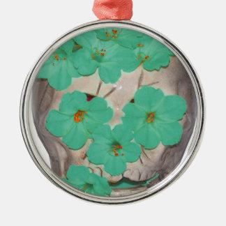 Crânio com as flores esverdeados macias ornamento redondo cor prata