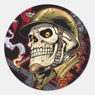 Crânio com capacete, aviões e bombas adesivo
