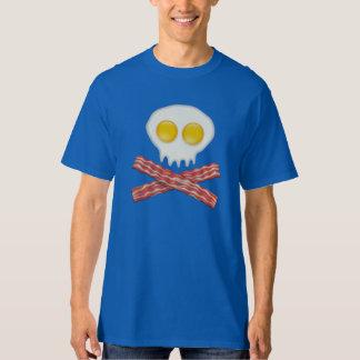 Crânio com os ovos cruzados do bacon do crânio do tshirt