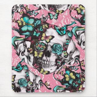 Crânio cor-de-rosa da borboleta no laço cor-de-ros mousepad