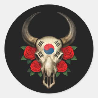 Crânio coreano sul de Bull da bandeira com rosas v Adesivo Em Formato Redondo