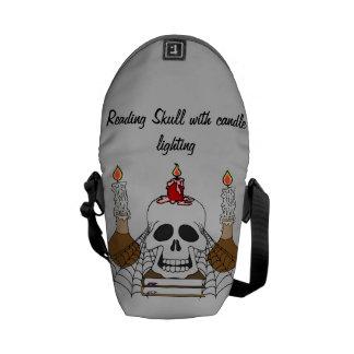 Crânio da leitura com iluminação da vela bolsas mensageiro