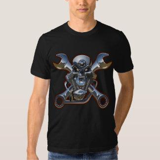 crânio da motocicleta com o tshirt cruzado das