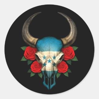 Crânio de Bull da bandeira de Honduras com rosas v Adesivo Em Formato Redondo