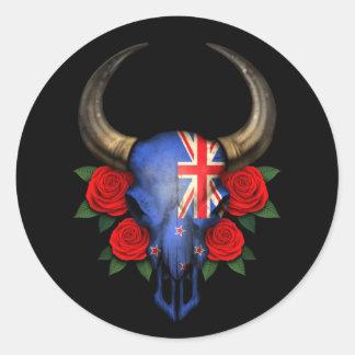 Crânio de Bull da bandeira de Nova Zelândia com ro Adesivo Redondo