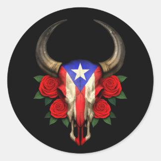 Crânio de Bull da bandeira de Puerto Rico com rosa Adesivo Em Formato Redondo