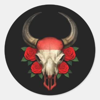 Crânio de Bull da bandeira de Tahitian com rosas Adesivos Redondos