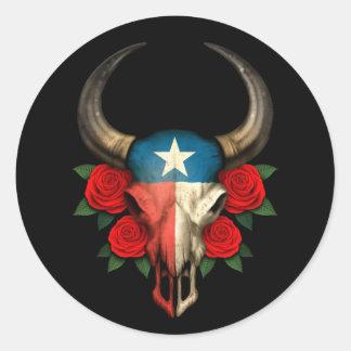 Crânio de Bull da bandeira de Texas com rosas verm Adesivos Redondos